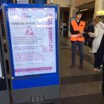 Hall de la gare, un gros panneau d'information est positionné à l'entrée de la gare pour informer des travaux en cours et des aménagements.