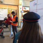 Un agent SNCF distribue des tracts d'informations aux voyageurs qui passent