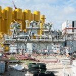 Vue du chantier porte Maillot, plan sur d'énormes silos jaunes