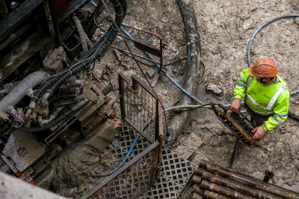 Ouvrier en train de travailler au fond du puits