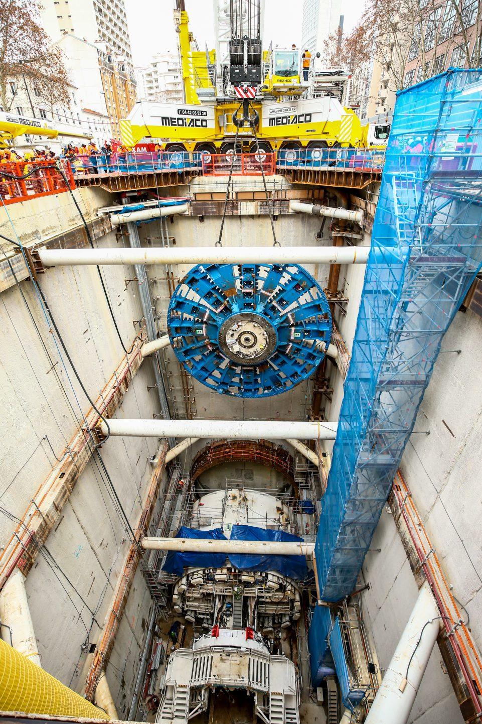 Opéraiton de descente de la roue de coupe dans le puits
