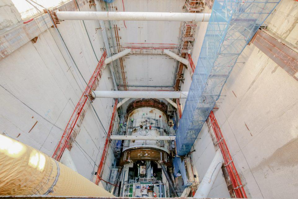 Vue du tunnelier depuis le haut de son puits d'insertion