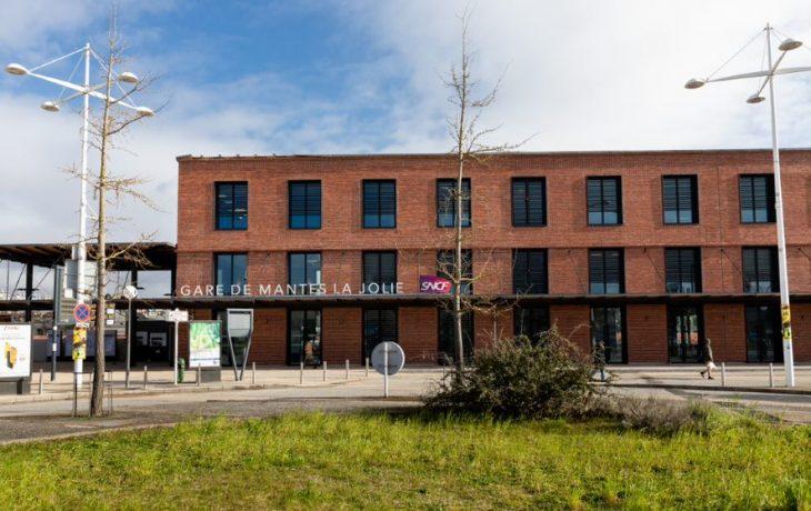 1er effet Eole à Mantes-la-Ville : le bâtiment voyageurs coté Mantes-la-Jolie est ouvert aux clients