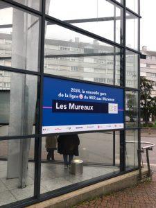 photo panneau de communication annoncant l'arrivée du RER E en gare des Mureaux