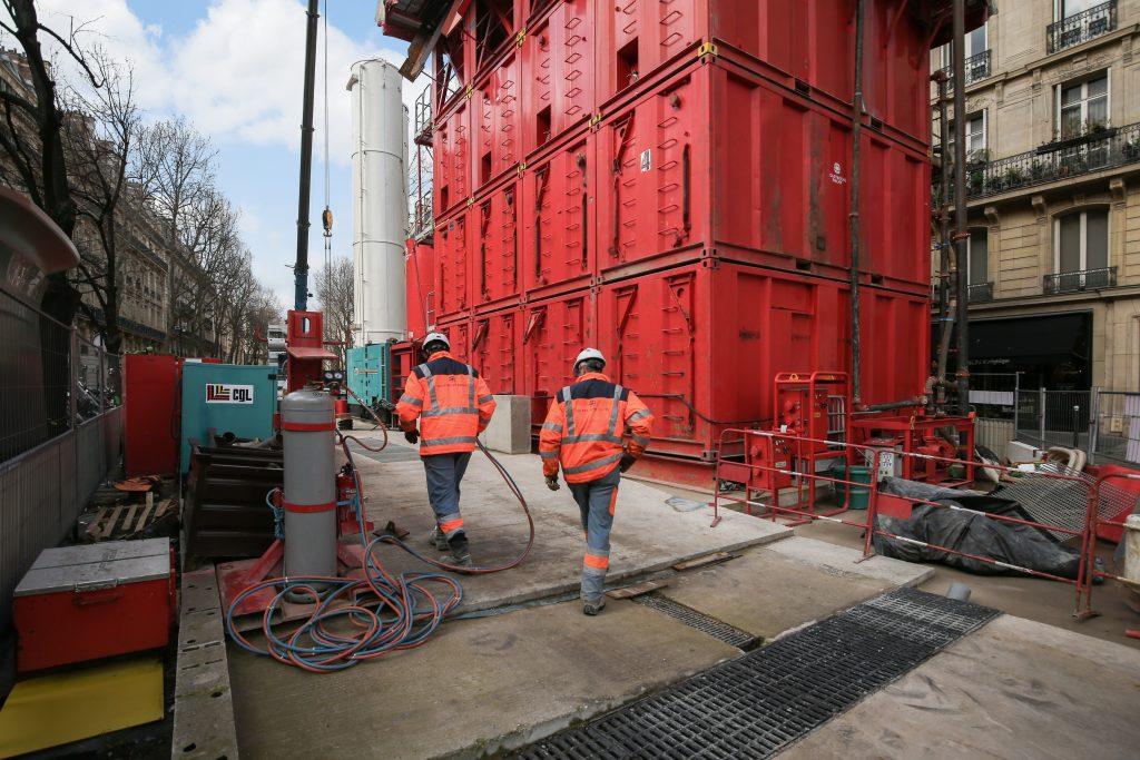 Les compagnons procèdent à la fin de l'installation des équipements nécessaires à la réalisation des parois moulées du puits Messine. Sur cette photo, ils se préparent à réaliser une opération de soudage.