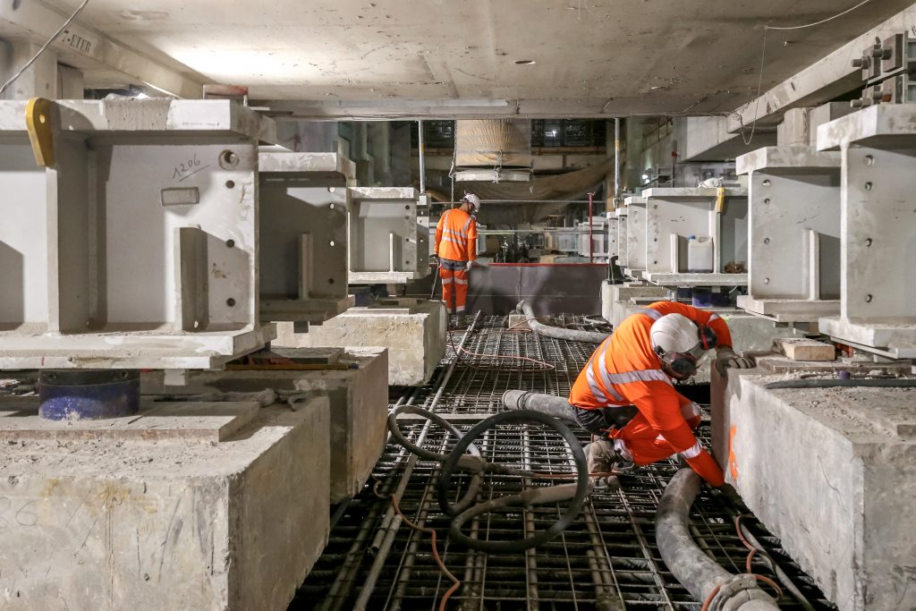 Dernière étape de la reprise en sous-oeuvre à La Défense : le transfert des charges des poteaux sur la dalle, toit de la future gare.