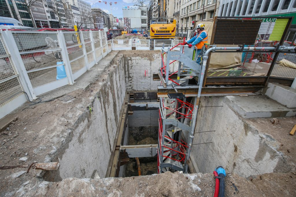 Le puits Hôtel de ville est en cours d'excavation. Les compagnons descendent via un escalier qui est allongé au fur et à mesure du creusement du puits.
