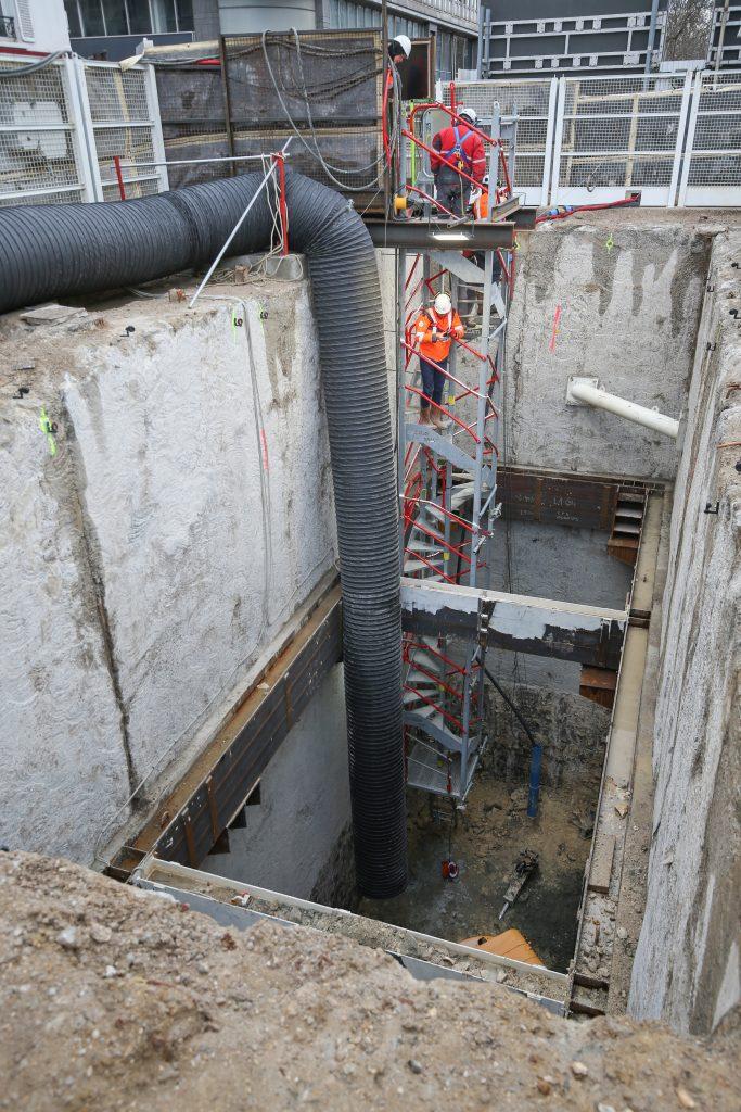 Le puits Hôtel de ville est en cours d'excavation. Une gaine de ventilation apporte l'air frais aux compagnons travaillant au fond du puits.