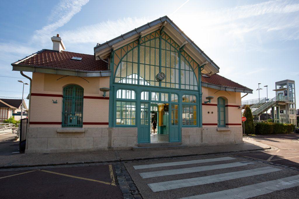 Vue du bâtiment voyageurs depuis le parvis