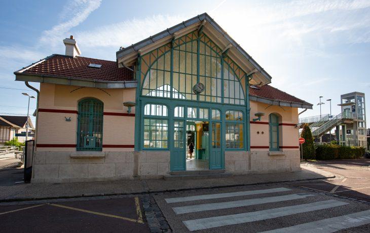 Vue de la gare depuis les quais