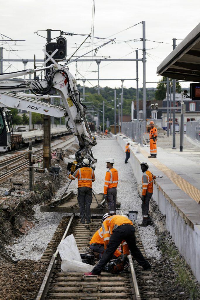 Pose de la nouvelle voie le long du quai dans le cadre du prolongement de la voie 2 bis