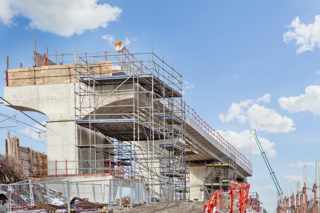 Sur la photo, le viaduc qui permettra de relier les voies existantes aux voies nouvelles de la ligne E du RER en 2022 est en cours de construction.
