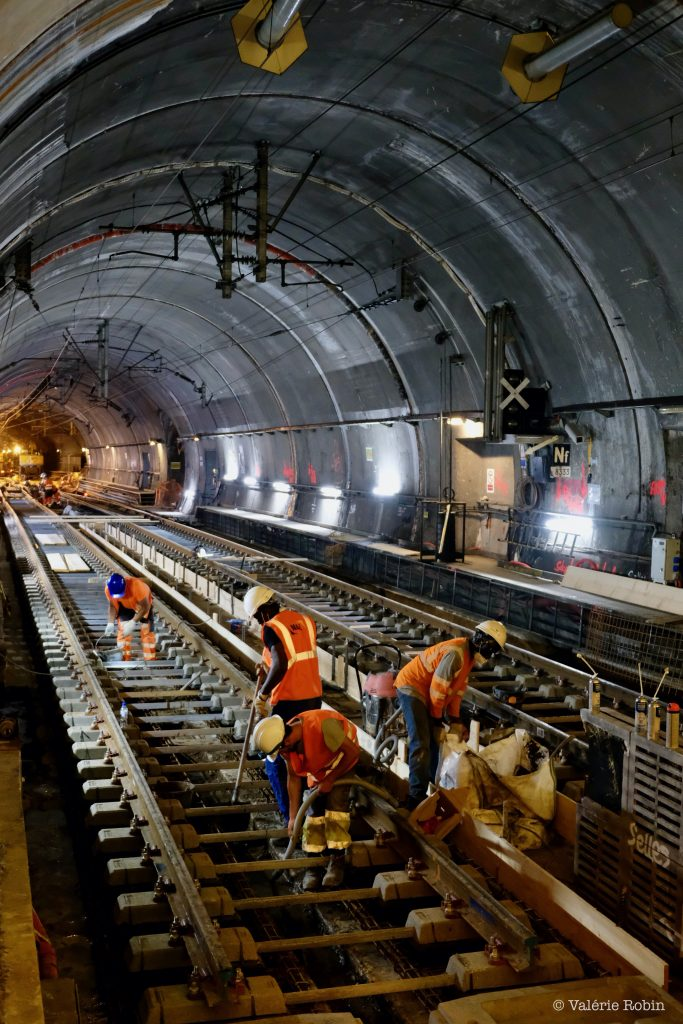 Réalisation des travaux de réhaussement des voies en gare d'Haussmann St Lazare, afin de préparer l'arrivée du RER Nouvelle Génération.