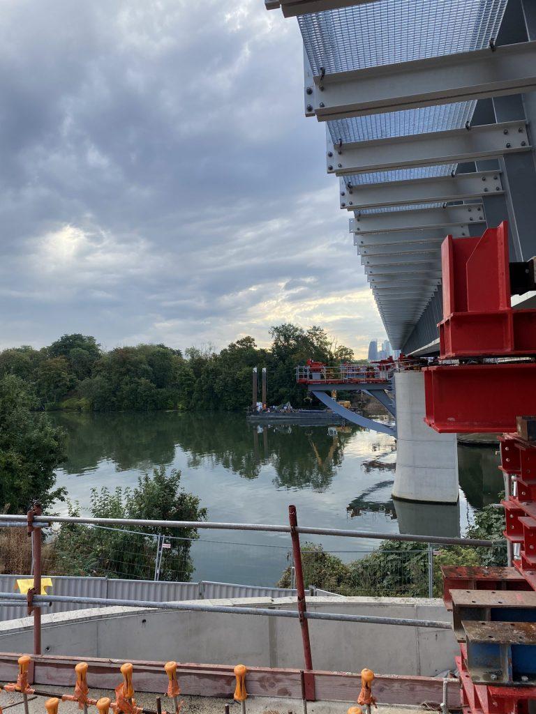 Les tabliers du pont-rail avancent jusqu'au prochain appui en Seine
