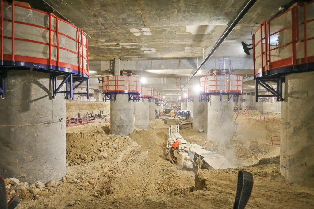 Apparition des poutres de la nouvelle gare de La Défense pendant le creusement des volumes