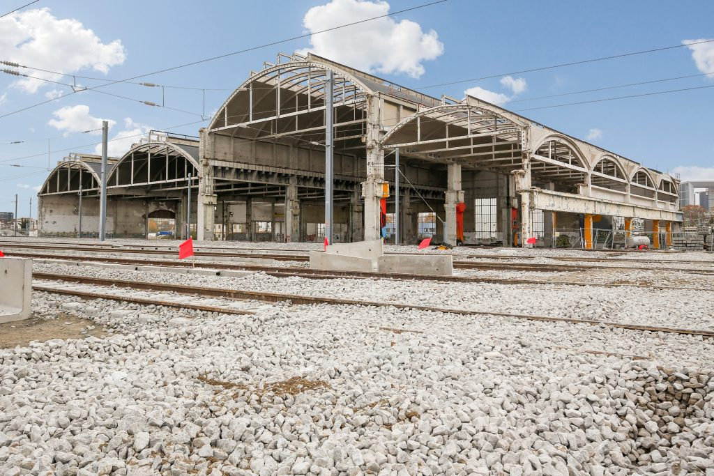 Vue sur les halles ferroviaires de Nanterre qui abriteront le futur garage de rames et site de maintenance