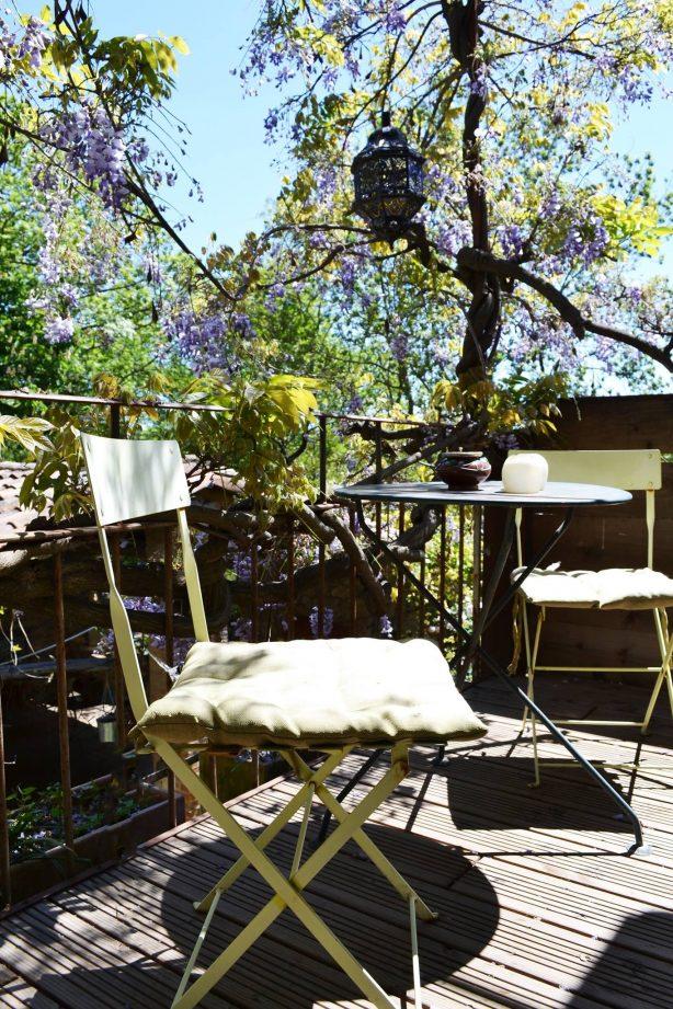 le balcon sous la glycine centenaire et des anciens rosiers - la vieille maison - halte gourmande