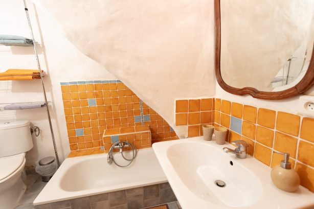chambre orange supérieure salle de bain - la vieille maison - halte gourmande