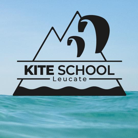 KiteSchool-Leucate logo sur fond aquatique