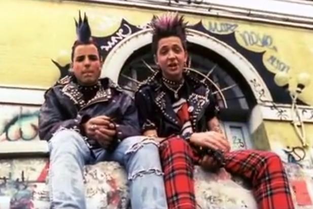 Silvio Muccino e il suo amico più sfigato nella scena dei punk