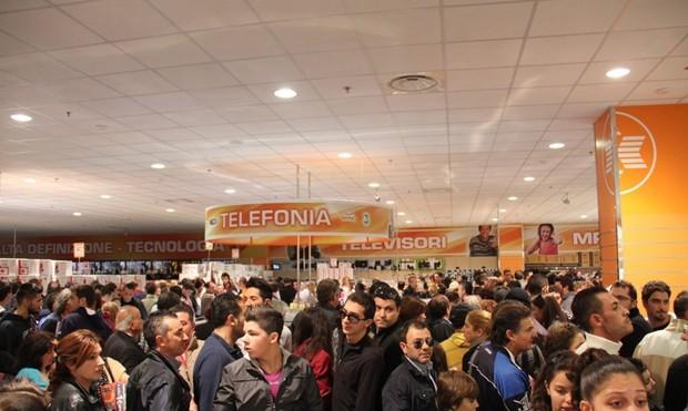 la-folla-assalta-il-centro-commerciale