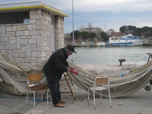 Dionisio, detto Nisio, ripara le tele