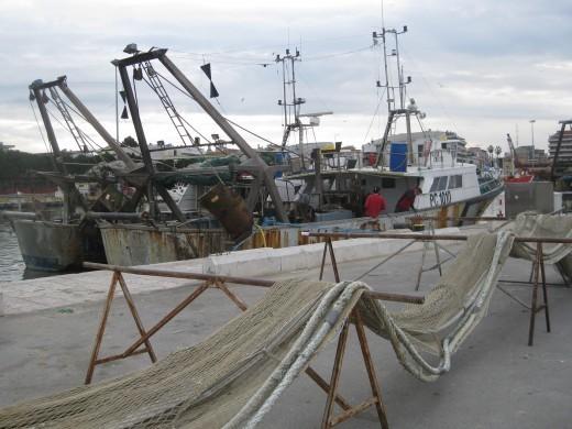 Il porto. La riva Nord del fiume Pescara. Al rientro si sistemano le reti