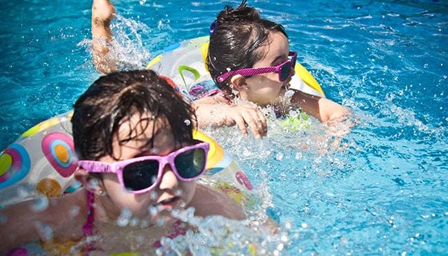 bambini nuotano in piscina