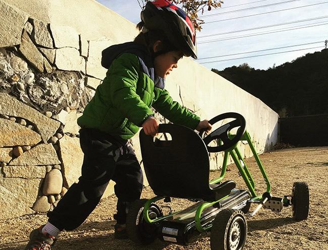 bambino con go kart a pedali