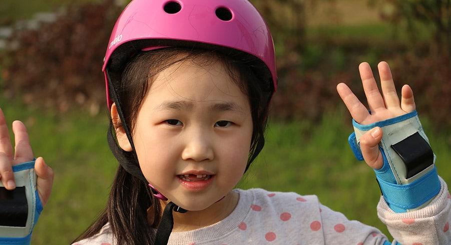 bambina-protezioni-per-pattini-a-rotelle