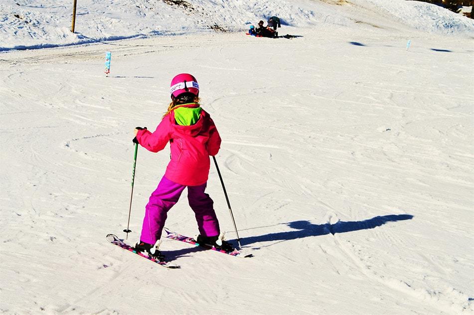 bambina che scia sulla neve