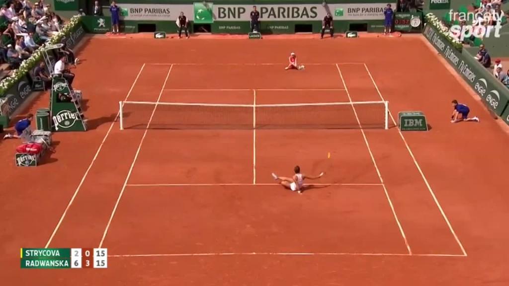 Vidéo : Radwanska et Strycova finissent au sol