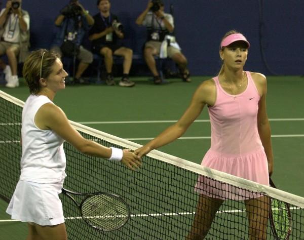 En 2003, Maria Sharapova s'illustrait déjà par sa combativité et... sa haine de la défaite, comme on peut le voir ici après son échec face à Emilie Loit à l'US Open cette année-là.