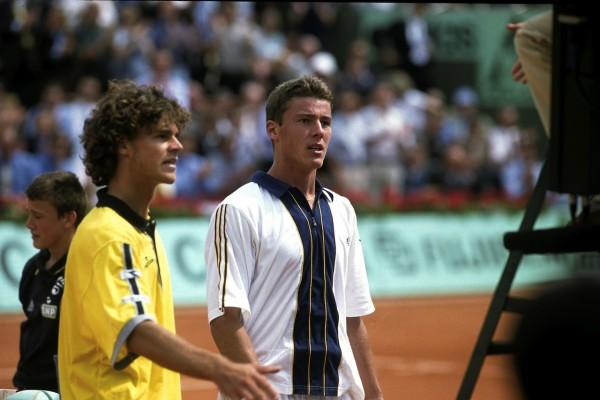 En 1998, le nouveau chouchou du public parisien, Gustavo Kuerten, tenant du titre, est battu au 2è tour par le futur chouchou, Marat Safin, sorti des qualifs cette année-là.