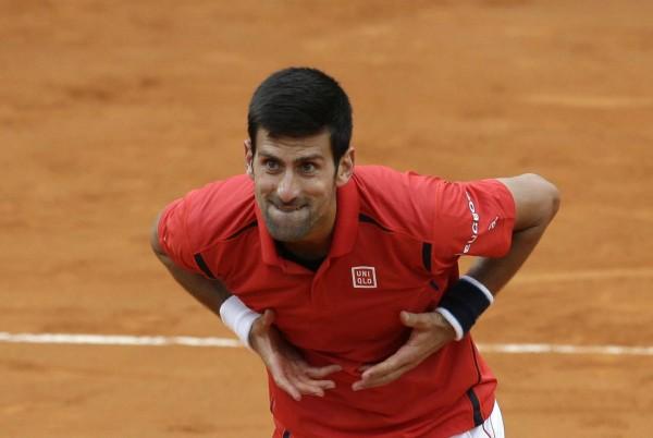 Novak Djokovic célèbre sa victoire en quarts de finale du Masters 1000 face à Rafael Nadal avec le public.