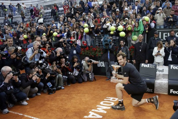 Andy Murray pose pour les photographes après sa victoire contre Novak Djokovic au Masters 1000 de Rome.