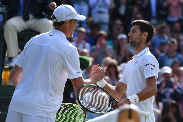 La poignée de main entre Sam Querrey et Novak Djokovic