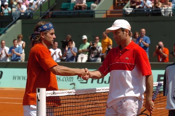 Fraîche poignées de mains entre Arnaud Clément et Fabrice Santoro qui viennent pourtant de disputer (sur deux jours) le plus long match de l'histoire de Roland-Garros.