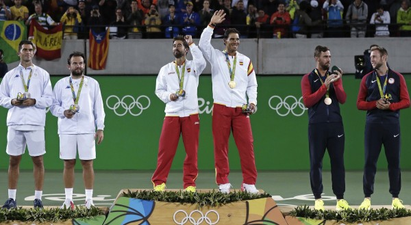 Le podium de ce double messieurs : les Espagnols Rafael Nadal/Marc Lopez en or, les Roumains Horia Tecau/Florin Mergea en argent, les Américains  Steve Johnson/Jack Sock en bronze.
