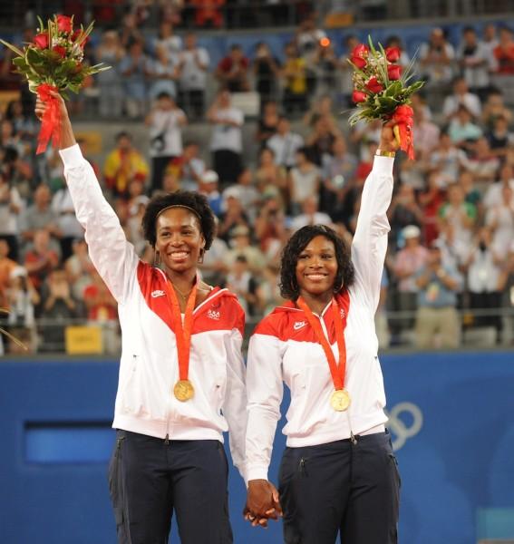 Venus et Serena Williams radieuses sur la plus haute marche du podium olympique après leur succès en double à Pékin en 2008.