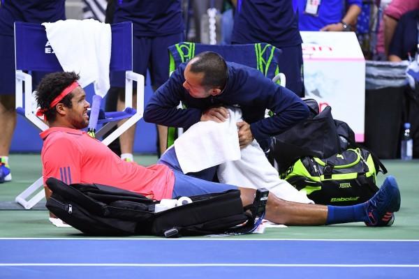 Jo-Wilfried Tsonga grimace alors qu'il est soigné au genou à 5-2 au 2è set. Il a, sans doute, déjà compris...