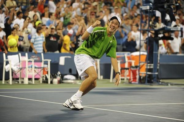 US Open 2008 : Kei Nishikori signe son premier coup d'éclat en Grand Chelem en terrassant David Ferrer après avoir sauvé une balle de match. Il a 18 ans.