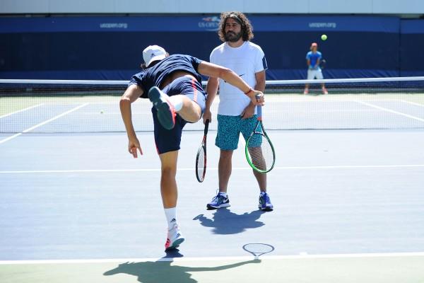 Quand Emmanuel Planque fait travailler le service lifté à son poulain sur les courts de l'US Open, il donne de sa personne !