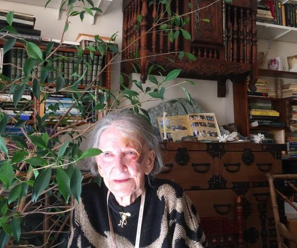 Gloria, 94 ans, dans son appartement à Monaco.
