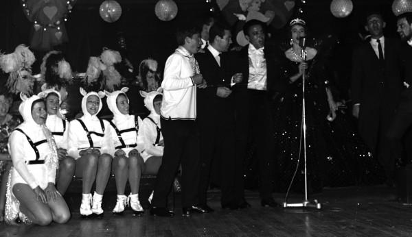 Un quatuor de choc au micro, en 1963 (de g. à d.) : l'Italien Sergio Tacchini, l'ancien joueur devenu fondateur de la marque que l'on connaît, son compatriote Nicola Pietrangeli, l'Espagnol Jose Luis Arilla et Gloria Butler. A droite l'Australien Ken Dall, qui faisait figure de metteur en scène, et le joueur danois Jorgen Ulrich (frère de Torben).