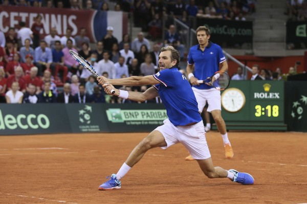 Julien Benneteau of France returns the ball to Jamie Murray and Dominic Inglot of Britain during their doubles Davis Cup quarterfinal tennis match between France and Britain at the Kindarena Stadium of Rouen, France, Saturday, April 8, 2017. France won the doubles and qualified for the semifinal. (AP Photo/David Vincent)/DAV116/42b118afd2c8434f8a9cc238797728be-3e157b0d4d4441e4ad/1704081851