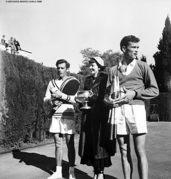 Gloria Butler en 1949, entourée des joueurs américains Budge Patty (à d.) et Franck Parker, vainqueur cette année.