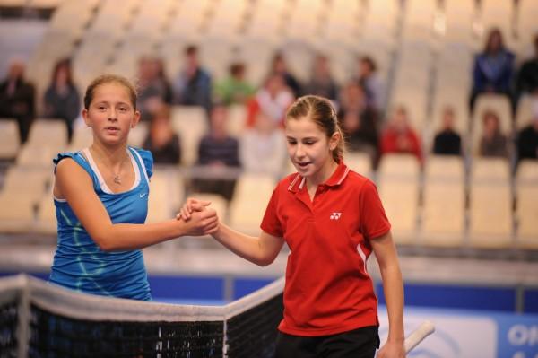 Jelena Ostapenko aux tournoi des petits as en 2011, contre Belinda Bencic.
