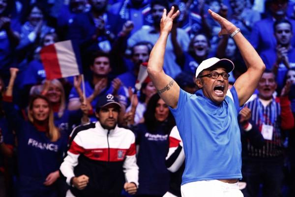 Yannick Noah harangue la foule pendant le double de la finale de la coupe Davis.