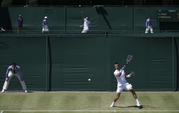 D'un court à l'autre, le gazon n'est jamais tout à fait le même. Borna Coric, vainqueur à Halle face à Federer et battu d'entrée ici, pourrait en témoigner.